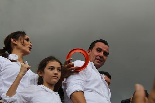 Sinibaldi, el día de su proclamación, con su familia. (Foto: Alexis Batres/Soy502).