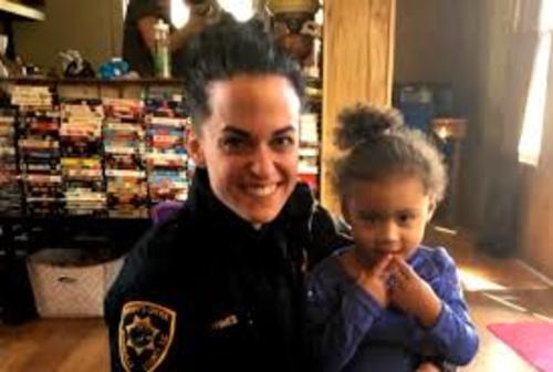 La niña y la agente que la ayudó. (Foto: Huffington Post)