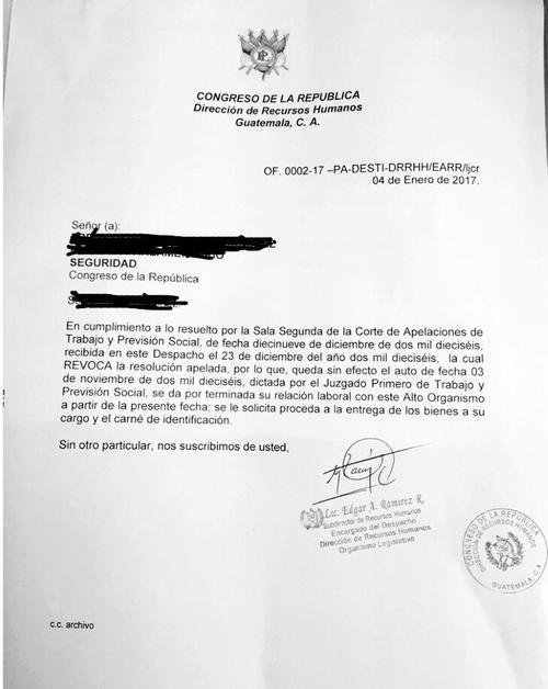 Esta es una de las cartas con las que el Congreso notificó la destitución a los trabajadores. (Foto: Soy502)