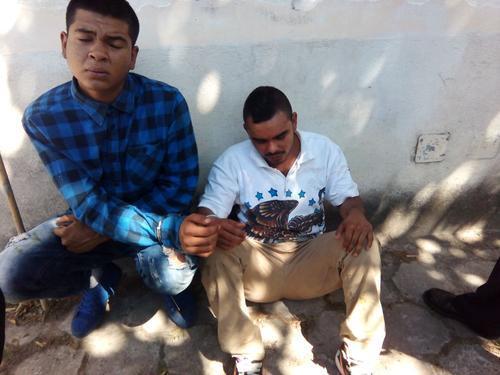 Dos hombres fueron detenidos por las autoridades en Antigua Guatemala, por aparentemente haber atacado a una turista extranjera. (Foto: Tránsito PNC)