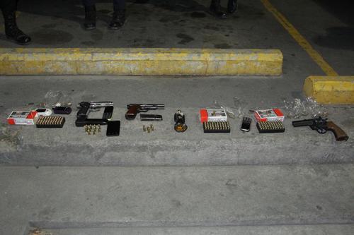 Esto es lo que las autoridades le decomisaron a los seis menores de edad y un adulto en la zona 18. (Foto: PNC)