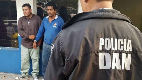 Ellos son los supuestos repartidores de pizza, detenidos por llevar drogas en sus motocicletas. (Foto: www.elsalvador.com)