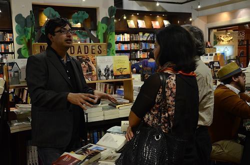 El escritor Eduardo Villalobos habla de sus libros favoritos a los asistentes. (Foto: Selene Mejía/Soy502)