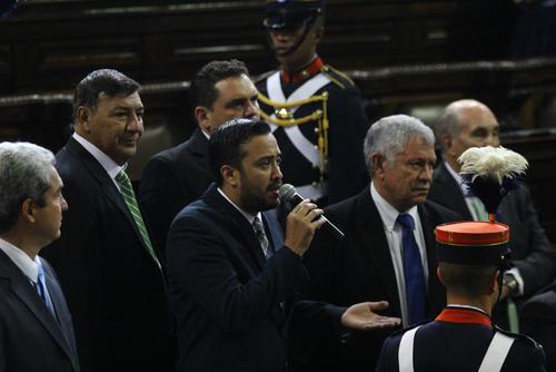 Diputados presionaron para iniciar la sesión donde tomará posesión la nueva legislatura, misma que juramentará a Jimmy Morales como presidente del país. (Foto: Alexis Batres/Soy502)