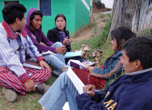 Algunos jóvenes tienen dificultad para hablar en el idioma de su comunidad; otros simplemente no quieren hacerlo.  Es nuestra responsabilidad mostrarles el valor y la riqueza de los idiomas mayas. (Foto: mequedo.wordpress.com)