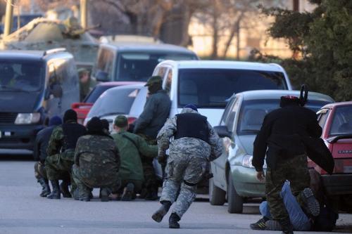 Durante la ocupación se dieron disparos al aire para que los soldados ucranianos se retiraran de la base militar. (Foto: AFP)