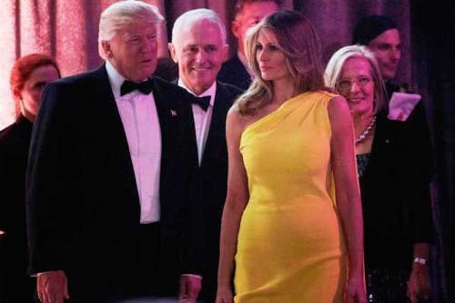 En una reunión con el primer ministro Australiano, Melania Trump sorprendió con un vestido amarillo. (Foto: Infobae)