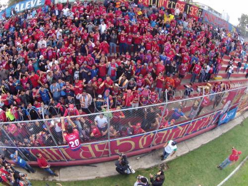 Carlos Ruiz fue recibido por unos dos mil aficionados escarlatas en el Trébol. (Foto: Deccio Serrano/ Nuestro Diario)