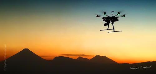 Una imagen de Francisco Sandoval de uno de los drones de su empresa, SkyCam Guatemala, con los que graban los paisajes de Guatemala. Este es el paisaje desde la zona 14 donde se ven los volcanes Acatenango, Fuego, Pacaya y Agua.  (Foto: Francisco Sandoval)