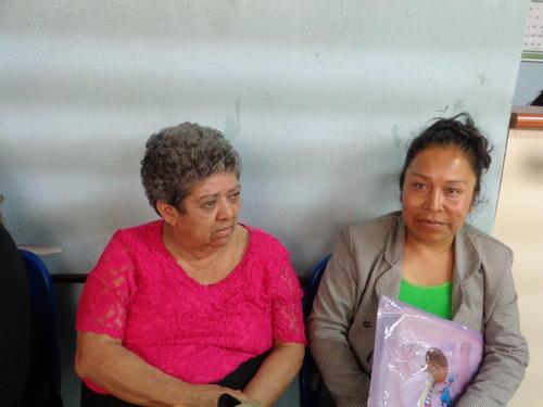 Amabilia Gudiel (i) lleva al menos un mes de no ser atendida en la consulta externa ya que por diferentes motivos se le ha pospuesto la cita. (Foto Marcia Zavala/Soy502)