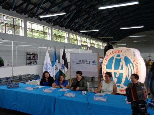 El Comité Pro Ciegos y Sordos de Guatemala entregó, en calidad de prestamo, las máquinas al TSE para elaborar las papeletas electorales para no videntes. (Foto: Soy502)