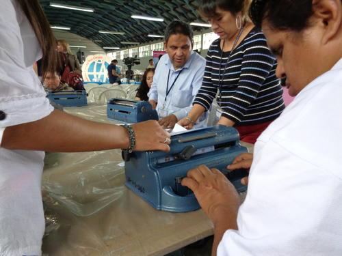 Las personas no videntes elaboran las cinco tipos de papeletas electorales que se usarán el 6 de septiembre. (Foto: Soy502)