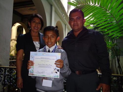 La familia viajó desde Alta Verapaz para recibir el premio.
