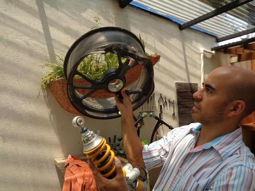 Vicente ya prepara otra lámpara con restos de una moto con la que un amigo sufrió un accidente.  (Foto: Gustavo Méndez/Soy502)