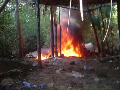 Utensilios y producto utilizado para fabricar drogas sintéticas fueron incineradas.  (Foto: PNC)