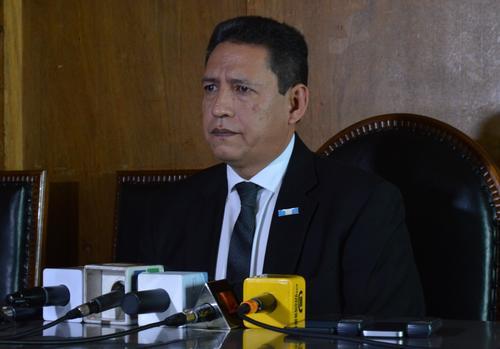 Mariano Rayo atendió a los medios después de la presentación de la Encuesta nacional sobre salud materno infantil 2015. (Foto: MSPAS)