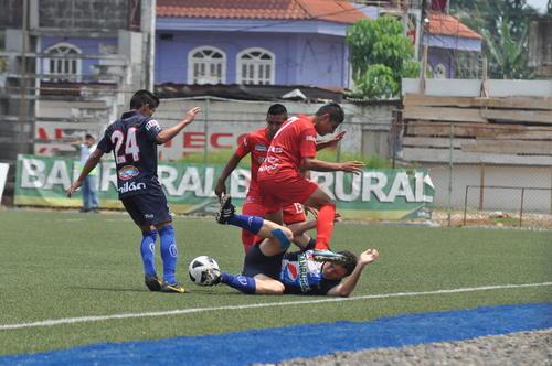 Dos jugadores de Malacateco, Mynor Salguero (7) y C. Rodríguez (13), en una enredada acción donde cayó un rival de Suchitepéquez ante la mirada de Wilson Morales (24). (Foto: Esner Navarro/Nuestro Diario).