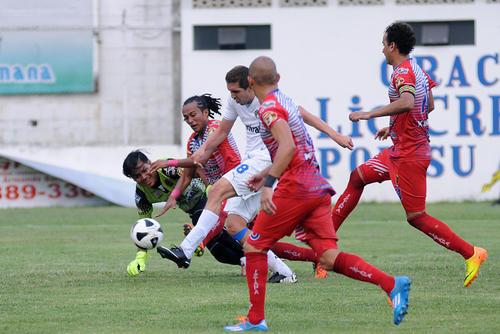 Minor López supera a la zaga y portero de Iztapa, para conseguir la anotación de Comunicaciones que le ganó 3-0 a Iztapa. (Foto: Nuestro Diario)