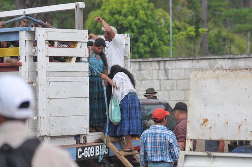 Un camión transportó a varias personas, en apariciencia simpatizantes de Lider a uno de los centros de votación de Cobán, Alta Verapaz. (Foto: Byron de la Cruz)
