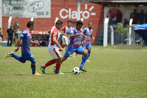 Mictlán, de blanco, dejó escapar dos puntos como local ante el ya descendido Iztapa en el estadio La Asunción en Jutiapa. (Foto: Carlos Rizzo/Nuestro Diario).