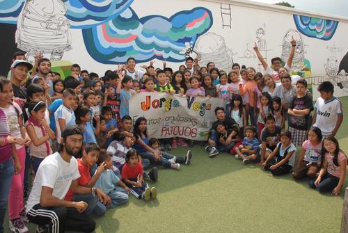 """En """"Los Patojos"""" prepararon una pancarta para enviar un mensaje de felicitación a Jorge Vega. Es un gran ejemplo para toda """"la patojada"""", y sus hermanos son parte del proyecto. (Foto: Nuestro Diario)"""