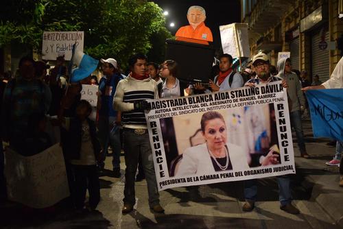 El rostro de la magistrada Blanca Stalling también apareció en las protestas de #RenunciaYa. (Foto: EFE)