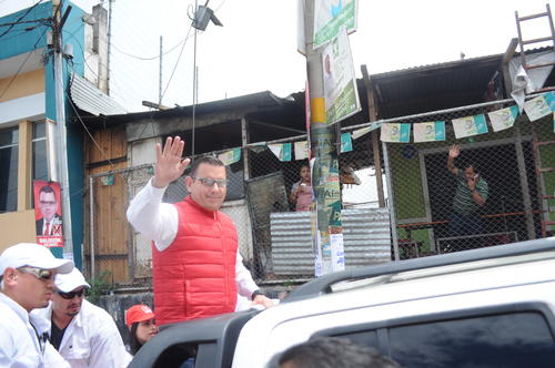 El aspirante a la Presidencia recorrió las calles de San Marcos acompañado de adeptos de Lider que portaban playeras y banderines de la agrupación.