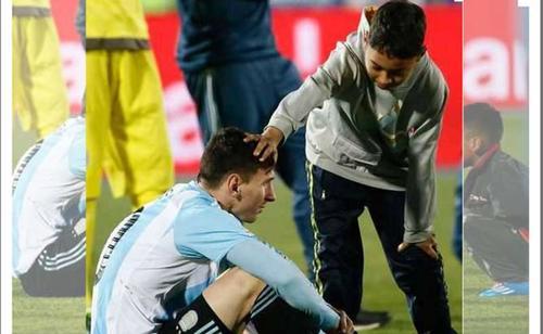 La postal de los niños chilenos con Messi que se volvió famosa. (Foto: diez.hn)