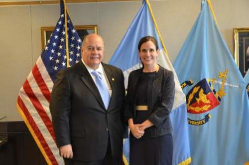 Julio Ligorría y Rebecca Bill Chávez, Subsecretaria Adjunta de Defensa para Asuntos del Hemisferio Occidental, luego del anuncio (Foto: Agencias)