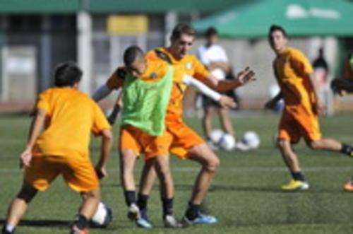 Marvin Ceballos disputa el balón con Minor López Campollo, durante el entrenamiento de Comunicaciones. (Diego Galiano/Nuestro Diario)