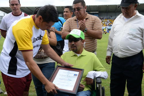 """Elmer Ponciano (izquierda) fue uno de los organizadores del evento, al final le entregaron una placa y camisola de la Selección al """"Chicho"""". (Foto: Sergio Muñoz/Nuestro Diario)"""