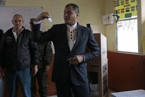El presidente saliente, Rafael Correa, votó desde muy temprano este domingo. (Foto: AFP)