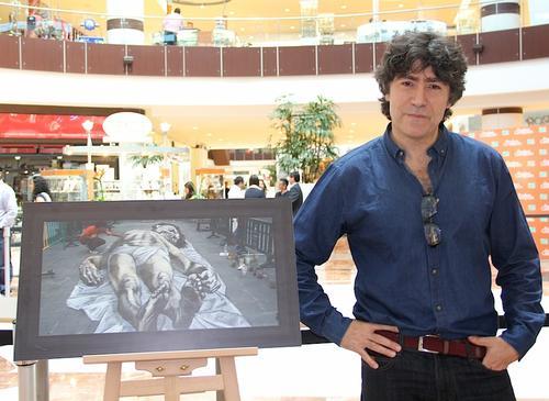 Eduardo Relero y su obra itinerante. (Foto: Luis Barrios/Soy502)