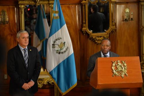 """De esta fotografía se hicieron """"memes"""". El presidente de Guatemala escucha, atento e incómodo, mientras el Embajador de los Estados Unidos, Todd Robinson, explica que los funcionarios de la SAT serán sometidos a una prueba de polígrafo. (Foto: Jesús Alfonso/Soy502)."""