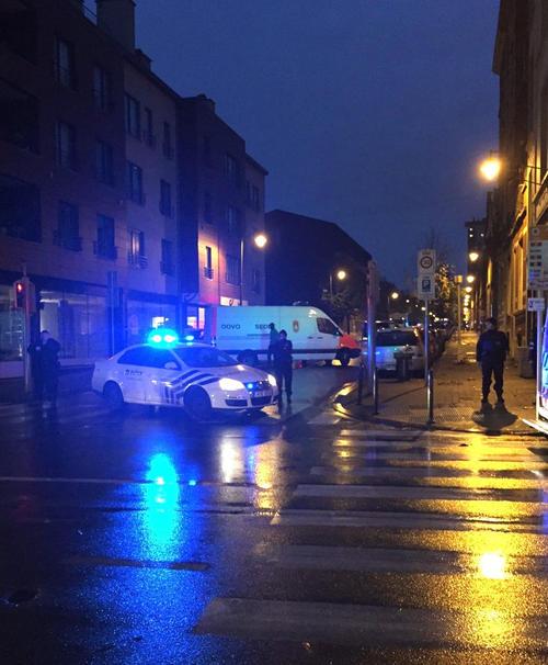 Operación policiaca en el barrio de Molenbeek, en Bruselas, relacionada con los atentados de París. (Foto: EFE)