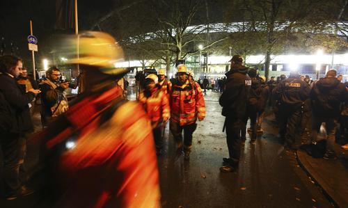 Cuerpos se seguridad y de bomberos, resguardan los alrededores del estadio de Hannover, luego que fuera suspendido el encuentro entre las selecciones de Alemania y Holanda. (Foto. EFE)