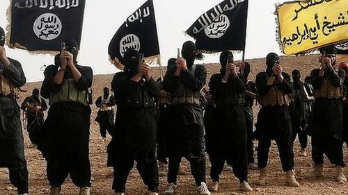 Integrantes del Estado Islámico (EI), ondenando banderas de la organización terrorista. (Foto: abc.es)