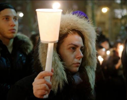 Una mujer llora durante un vigilia en memoria de Hoffman.