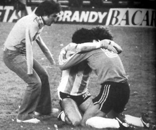"La fotografía memorable titulada ""El Abrazo del Alma"" del Mundial de 1978. (Foto: igooh.com)"
