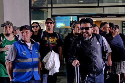 """El Gran Silencio saluda a sus fanáticos en el aeropuerto internacional """"La Aurora"""". (Foto: Esteban Biba/Soy502)"""