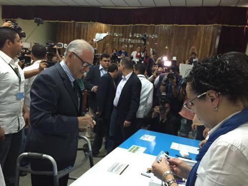 Alejandro Maldonado Aguirre, presidente de Guatemala, emitió su voto en el Instituto Rafael Aqueche. (Foto: Alex Maldonado/Nuestro Diario)