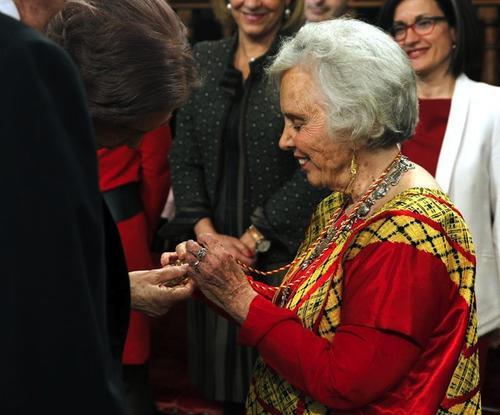 La escritora muestra a la Reina Sofía su medalla, luego del acto realizado del Premio Cervantes, con motivo del Día del Libro. (Foto: EFE)