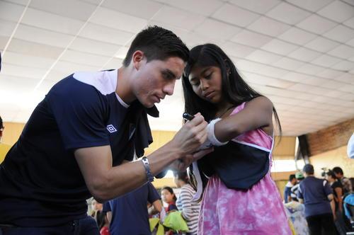 Elías Enoc Vásquez,  futbolista del Real Salt Lake, visita a las víctimas del deslave en el Cambray II. (Foto: Orlando Chile)