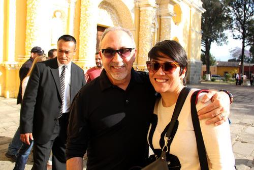 Emilio Estefan junto a la periodista de Soy502, Selene Mejía, previo al inicio de una gran noche para Industrias Licoreras de Guatemala. (Foto: Luis Barrios/Soy502)