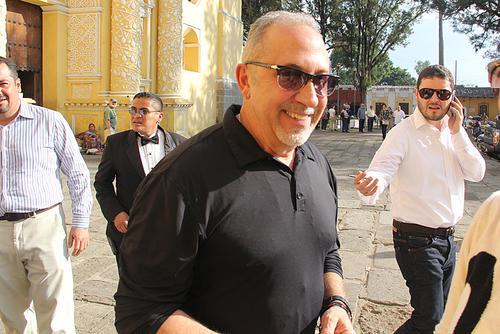 Emilio Estefan a su llegada en La Merced, en Antigua. (Foto: Luis Barrios/Soy502)