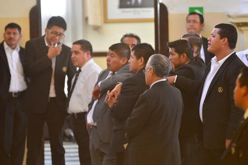 Los pasillos en el Congreso se ven llenos de ujieres durante las sesiones plenarias. (Foto: Jesús Alfonso/Soy502)