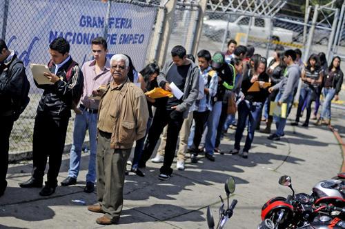 La falta de oportunidades en el mercado laboral ha lanzado a las personas desempleadas a buscar un trabajo con pocas condiciones favorables; de acuerdo con la ENEI 2-2013; el salario promedio es de 1 mil 800 quetzales (Foto: Esteban Biba/Soy502)
