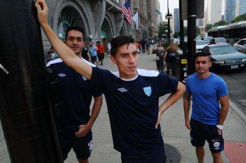 Elías Enoc Vásquez compartió en el centro de Chicago con Ricardo Jerez y Kendell Herrarte. (Foto: Aldo Martínez/Enviado especial de Nuestro Diario)