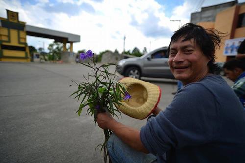 El salvadoreño Manuel Francisco Mestizo esperó en la puerta del Centro Médico Militar para llevar flores a Baldetti. (Foto: Wilder López/Soy502)