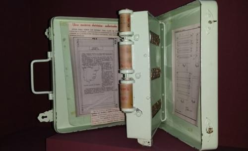 """La enciclopedia mecánica, un dispositivo considerado como el """"precursor"""" del libro electrónico. (Foto: MUNCYT-Fundación Telefónica)"""